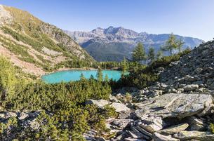 Panoramic of turquoise Lago Lagazzuolo, Chiesa In Valmalenco, Province of Sondrio, Valtellina, Lombaの写真素材 [FYI03785431]