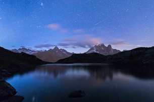 Shooting stars on the rocky peaks of Les Drus and Aiguille Verte, Lacs De Cheserys, Chamonix, Hauteの写真素材 [FYI03785446]