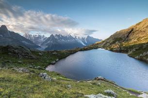 Sunrise on the snowy peaks of Mont Blanc massif seen from Lacs De Cheserys, Chamonix, Haute Savoie,の写真素材 [FYI03785453]