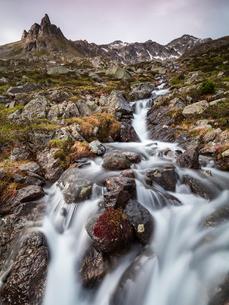 Flowing water of a creek, Alp Da Cavloc, Maloja Pass, Bregaglia Valley, Engadine, Canton of Graubundの写真素材 [FYI03785458]