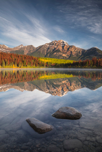 Pyramid Mountain reflected in Patricia Lake in autumn, Jasper National Park, UNESCO World Heritage Sの写真素材 [FYI03785596]