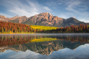 Pyramid Mountain reflected in Patricia Lake in autumn, Jasper National Park, UNESCO World Heritage Sの写真素材 [FYI03785597]