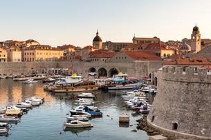 Boats in Dubrovnik harbour during sunset, UNESCO World Heritage Site, Dubrovnik, Croatia, Europeの写真素材 [FYI03785687]
