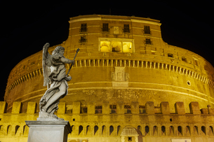 Castel Sant'Angelo facade at night with statue on Ponte Sant'Angelo, UNESCO World Heritage Site, Romの写真素材 [FYI03785796]