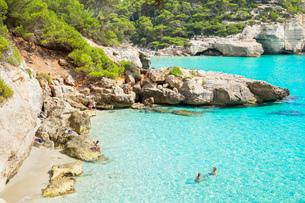 View of Cala Mitjana, Menorca, Balearic Islands, Spain, Mediterranean, Europeの写真素材 [FYI03785898]