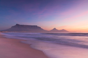 View of Table Mountain from Milnerton Beach at sunset, Cape Town, Western Cape, South Africa, Africaの写真素材 [FYI03785974]