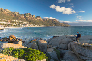 Man at Camps Bay, Cape Town, Western Cape, South Africa, Africaの写真素材 [FYI03785988]