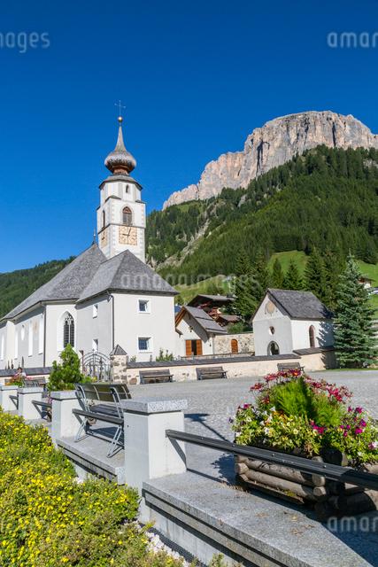 Morning view of Colfosco (Calfosch) Church and surrounding mountains, Belluno Province, Trento, Doloの写真素材 [FYI03786036]