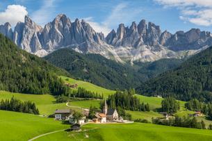 View of Church and mountain backdrop, Val di Funes, Bolzano Province, Trentino-Alto Adige/South Tyroの写真素材 [FYI03786038]