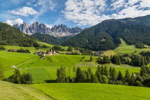 View of Church and mountain backdrop, Val di Funes, Bolzano Province, Trentino-Alto Adige/South Tyroの写真素材 [FYI03786043]