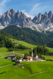 View of Church and mountain backdrop, Val di Funes, Bolzano Province, Trentino-Alto Adige/South Tyroの写真素材 [FYI03786045]