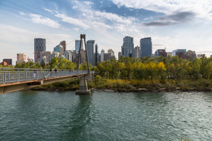 View of Bow River and Downtown from Sunnyside Bank Park, Calgary, Alberta, Canada, North Americaの写真素材 [FYI03786057]