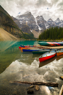 Tranquil setting of rowing boats on Moraine Lake, Banff National Park, UNESCO World Heritage Site, Cの写真素材 [FYI03786063]