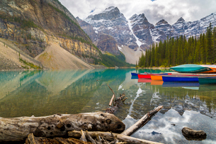 Tranquil setting of rowing boats on Moraine Lake, Banff National Park, UNESCO World Heritage Site, Cの写真素材 [FYI03786064]