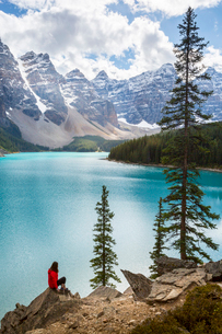 Lone traveller at Moraine Lake and the Valley of the Ten Peaks, Banff National Park, UNESCO World Heの写真素材 [FYI03786074]