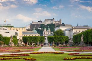 View of Hohensalzburg Castle from Mirabell Gardens, UNESCO World Heritage Site, Salzburg, Austria, Eの写真素材 [FYI03786107]