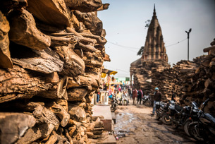 Wood for cremation at the burning ghats, Varanasi, Uttar Pradesh, India, Asiaの写真素材 [FYI03786123]