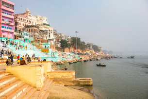 Ghats on the River Ganges banks, Varanasi, Uttar Pradesh, India, Asiaの写真素材 [FYI03786132]