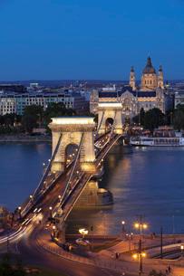 Chain Bridge over Danube River, UNESCO World Heritage Site, Hotel Four Seasons Gresham Palace, Budapの写真素材 [FYI03786270]