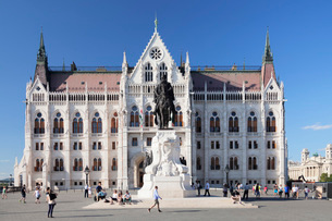 Equestrian statue of Andrassy Gyula, Parliament Building, Budapest, Hungary, Europeの写真素材 [FYI03786271]