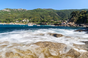 Waves crashing on rocks, Pomonte Beach, Marciana, Elba Island, Livorno Province, Tuscany, Italy, Eurの写真素材 [FYI03786325]