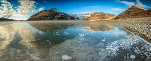Panoramic of frozen lake Montespluga at dawn, Chiavenna Valley, Sondrio province, Valtellina, Lombarの写真素材 [FYI03786380]