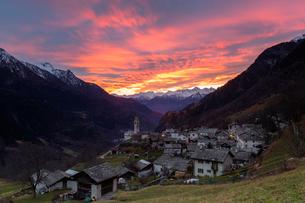 Sunset over the alpine village of Soglio, Bregaglia Valley, Maloja Region, Canton of Graubunden (Griの写真素材 [FYI03786381]