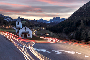 Lights of car trails around the Church of San Cipriano, Tires Valley, Dolomites, South Tyrol, Bolzanの写真素材 [FYI03786398]