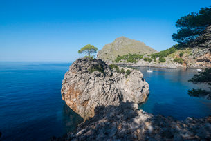 Crystal clear water in Sa Calobra, Tramuntana mountains, UNESCO World Heritage Site, Mallorca, Baleaの写真素材 [FYI03786406]