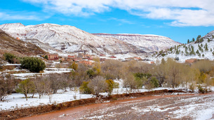 Small village in the Atlas Mountains after winter snow, Ouarzazate Province, Souss-Massa-Draa, Morocの写真素材 [FYI03786501]