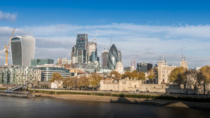 Tower of London and City of London on a beautiful sunny autumn day, with shadow of Tower Bridge visiの写真素材 [FYI03786517]