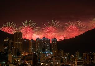 New Years Fireworks over Rio de Janeiro, Brazil, South Americaの写真素材 [FYI03786519]
