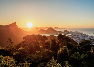 View from Vista Chinesa over Tijuca Forest towards Rio de Janeiro at sunrise, Brazil, South Americaの写真素材 [FYI03786532]