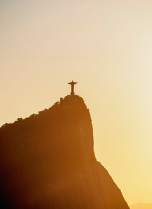 Christ the Redeemer and Corcovado Mountain at sunrise, Rio de Janeiro, Brazil, South Americaの写真素材 [FYI03786533]