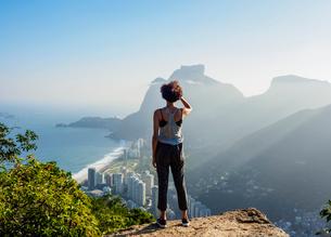 Brazilian girl looking towards the Pedra da Gavea and Sao Conrado from Dois Irmaos Mountain, Rio deの写真素材 [FYI03786545]