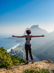 Brazilian girl looking towards the Pedra da Gavea and Sao Conrado from Dois Irmaos Mountain, Rio deの写真素材 [FYI03786547]