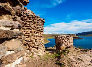 Chullpas by the Lake Umayo in Sillustani, Puno Region, Peru, South Americaの写真素材 [FYI03786648]