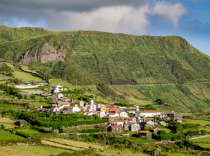 View towards Mosteiro Village and Rocha dos Bordoes, Flores Island, Azores, Portugal, Atlantic, Euroの写真素材 [FYI03786770]