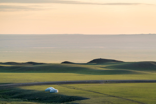 Nomadic camp and hills, Bayandalai district, South Gobi province, Mongolia, Central Asia, Asiaの写真素材 [FYI03786783]