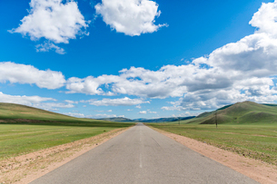 Straight road in the Mongolian steppe and clouds in the sky, North Hangay province, Mongolia, Centraの写真素材 [FYI03786806]