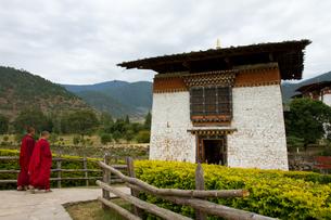 Buddhist monks of the Punakha Fortress Monastery, Paro, Bhutan, Asiaの写真素材 [FYI03786841]