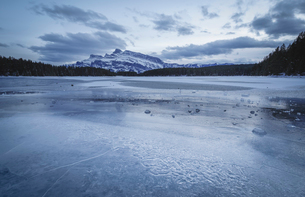 Two Jack Lake in the winter season, Banff National Park, UNESCO World Heritage Site, Alberta, Canadiの写真素材 [FYI03786907]