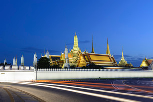 View of the Grand Palace at dusk with light trails, Bangkok, Thailand, Southeast Asia, Asiaの写真素材 [FYI03786919]