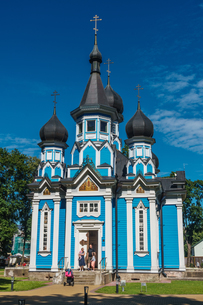 Family leaving Russian Orthodox Church at Drushkinkai, a spa town, Southern Lithuania, Europeの写真素材 [FYI03786927]