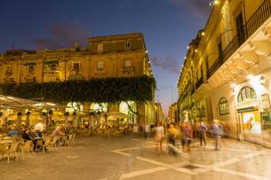 People enjoying an evening at Piazza Regina in Valletta, European Capital of Culture 2018, Malta, Meの写真素材 [FYI03787079]