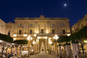 Statue of Queen Victoria at night, Piazza Regina, Valletta, European Capital of Culture 2018, Malta,の写真素材 [FYI03787080]