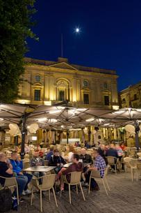 Night time outdoor restaurants in Piazza Regina in Valletta, European Capital of Culture 2018, Maltaの写真素材 [FYI03787085]