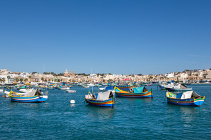 Traditional brightly painted fishing boats in the harbour at Marsaxlokk, Malta, Mediterranean, Europの写真素材 [FYI03787089]