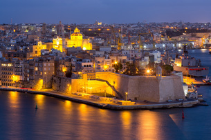 Night view of Senglea, one of the Three Cities, and the Grand Harbour in Valletta, European Capitalの写真素材 [FYI03787095]