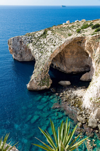 The dramatic natural arch at the Blue Grotto, Malta, Mediterranean, Europeの写真素材 [FYI03787105]